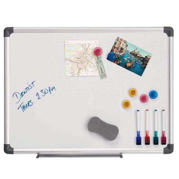 Tableau blanc magnétique 45 x 60cm. Comprend des marqueurs de tableau blanc, un effaceur de tableau blanc et des aimants
